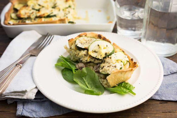 Recept voor courgettetaart voor 4 personen. Met zout, olijfolie, peper, kaas, courgette, bloemkool, champignon, ricotta, ei, knoflook en hartige taartdeeg