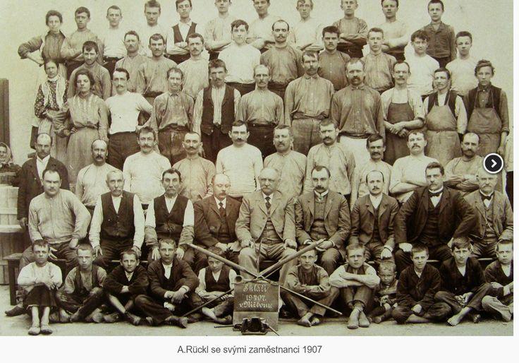 A.Rückl se svými zaměstnanci 1907.
