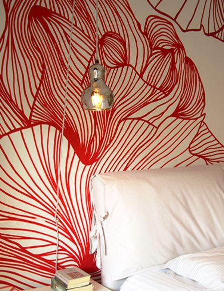 Ζωγραφική με λουλούδια μεγάλων διαστάσεων σε τοίχο υπνοδωματίου. Δείτε περισσότερες ιδέες διακόσμησης για τον τοίχο πάνω από το κρεβάτι στη σελίδα μας www.artease.gr