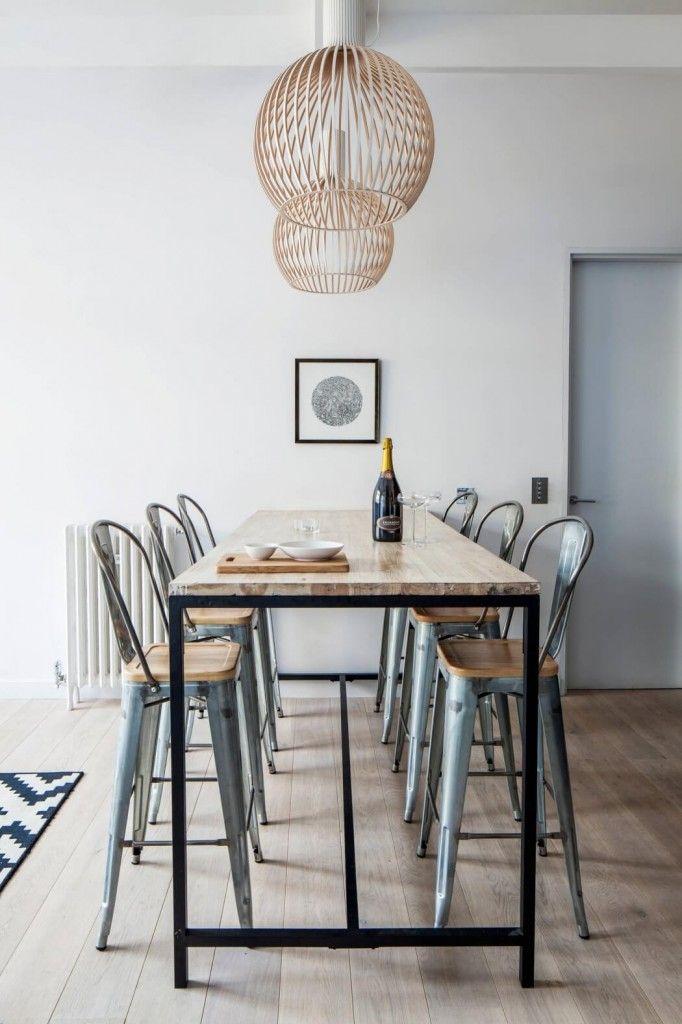 Hoge eettafel met krukken - design Laura Lakin   Scandinavian interior   Stek Magazine