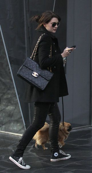 Celebrity Street Style    Picture    Description  Chanel     https://looks.tn/celebrity/street-style/celebrity-street-style-chanel/