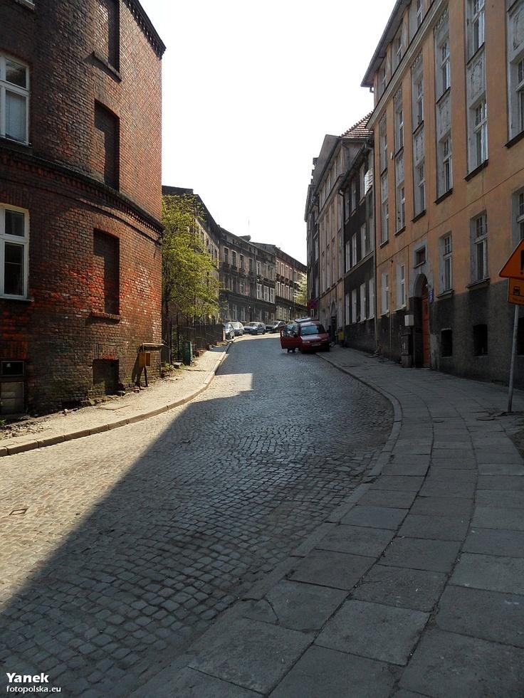 Do góry, w stronę d. koszarów pruskich (Gdańska Wyższa Szkoła Humanistyczna) i d. schroniska Hitlerjugend (Laboratorium Kryminalistyki Policji).