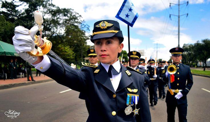 Nuestras mujeres de las Fuerzas Militares de Colombia, no solo integran sino también son bastión fundamental para el liderazgo de las tropas.  He aquí una de nuestras Capitanes de la Fuerza Aérea Colombiana en cabeza de un grupo de cadetes, durante el desfile militar de Independencia.  #YoCreoEnLosHeroes #AsíSeVaALasAlturas  #GuerrerasDelAire