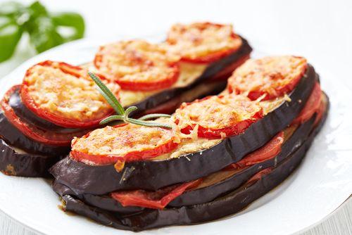 Préparation: 1. Préchauffez votre four à 240°. 2. Taillez les aubergines en fines tranches dans le sens de la longueur. Faites les revenir dans une poêle avec de l'huile d'olive pendant 5 min. Egou...