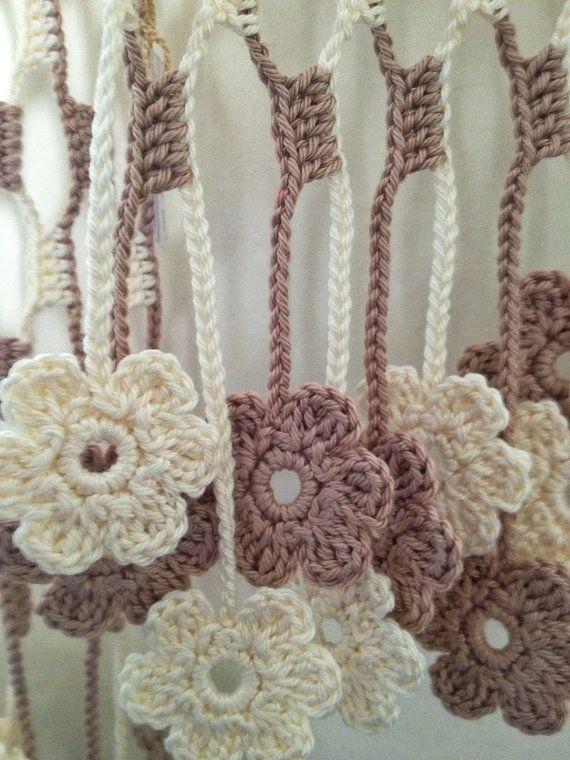 Echarpe de ganchillo flores marrón claro