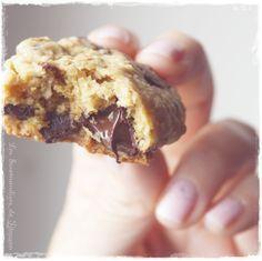 Encore une recette de Cookie... et oui ! Je ne m'en lasse pas personnellement et aime changer de recette de temps en temps ! Cette recette est le mix de ma recette de d'une recette donnée par la jolie Nounoutte ! Elle ne l'a pas mise encore sur son blog,...