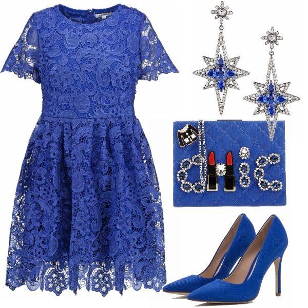 Lasciatevi tentare dal blu elettrico per una serata elegante e speciale. Un outfit importante adatto a chi ama stupire. Un raffinato abito in pizzo, tacchi vertiginosi e orecchini di cristalli. La clutch gioiello aggiunge quel tocco in più funky.