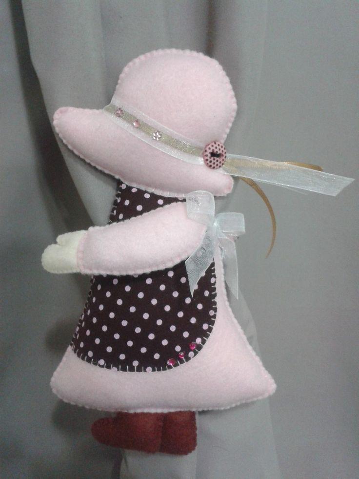 """Prendedor para cortina Sun Bonnet com 20cm de altura. Feita em feltro e tecido, """"recheada"""" com fibra siliconada. <br>O preço é referente ao par. A boneca é a parte da frente e as flores são o verso da peça. Os dois lados podem ser utilizados. <br>As cores podem ser personalizadas."""