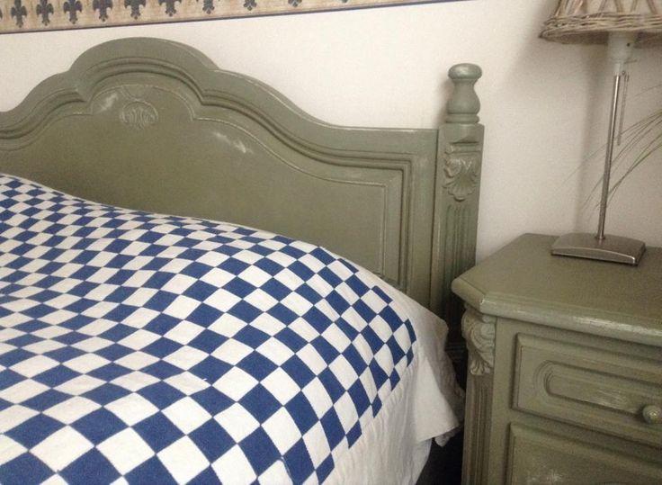 Bed gedaan in Annie Sloan krijtverf Chateau Grey door Angelina