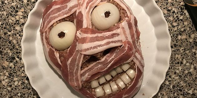 Virkelig (u)lækkert farsbrød, der er formet som et ansigt og svøbt i bacon, så det ligner en mumie – helt perfekt til Halloween. Heldigvis smager det bedre, end det ser ud!
