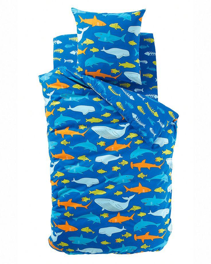 Påslakan Fish Gang i barnstorlek med fiskmotiv och våd att vika in vid fotändan. Tätvävt material i ren bomull (52 trådar/cm²). Ju fler trådar/cm², desto högre kvalitet. En sida med blå, gröna och orange fiskar på mörkblå bakgrund. En sida med blå och gröna fiskben på mörkblå bakgrund. Maskintvätt 60°. Märkningen Oeko-Tex® garanterar att produkten är testad och certifierad, samt fri från substanser som kan vara skadliga för hälsan. Mått: 140 x 200. 200 x 200.