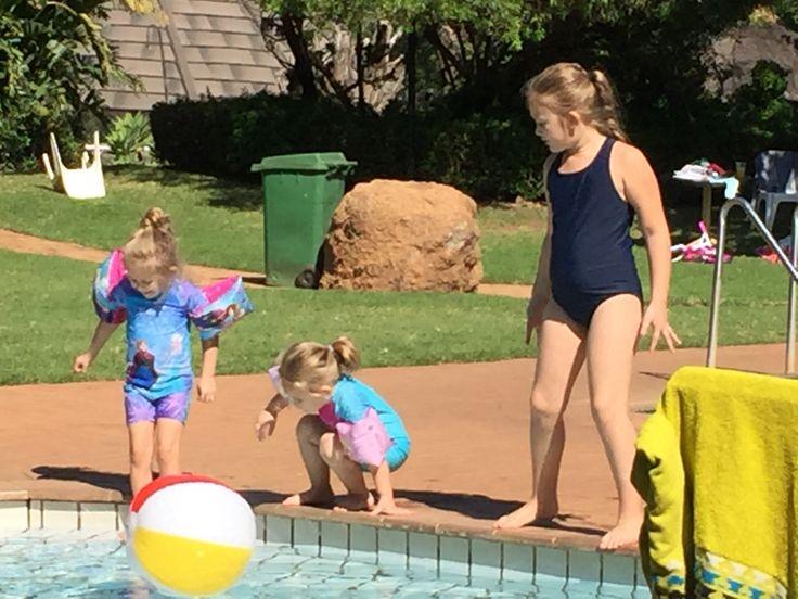 Uys gals a swimmin'