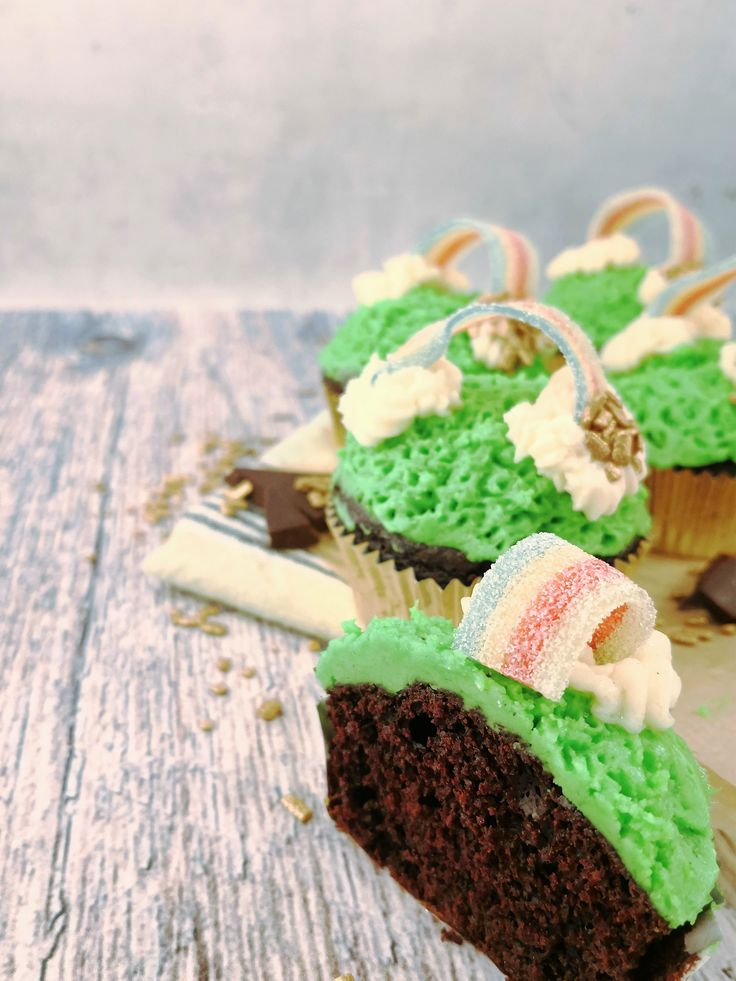 Celebrate Saint Patrick's Day with theese moist chocolate-guiness cupcakes topped with snooth vanillafrosting and a pot of gold at the end of the rainbow