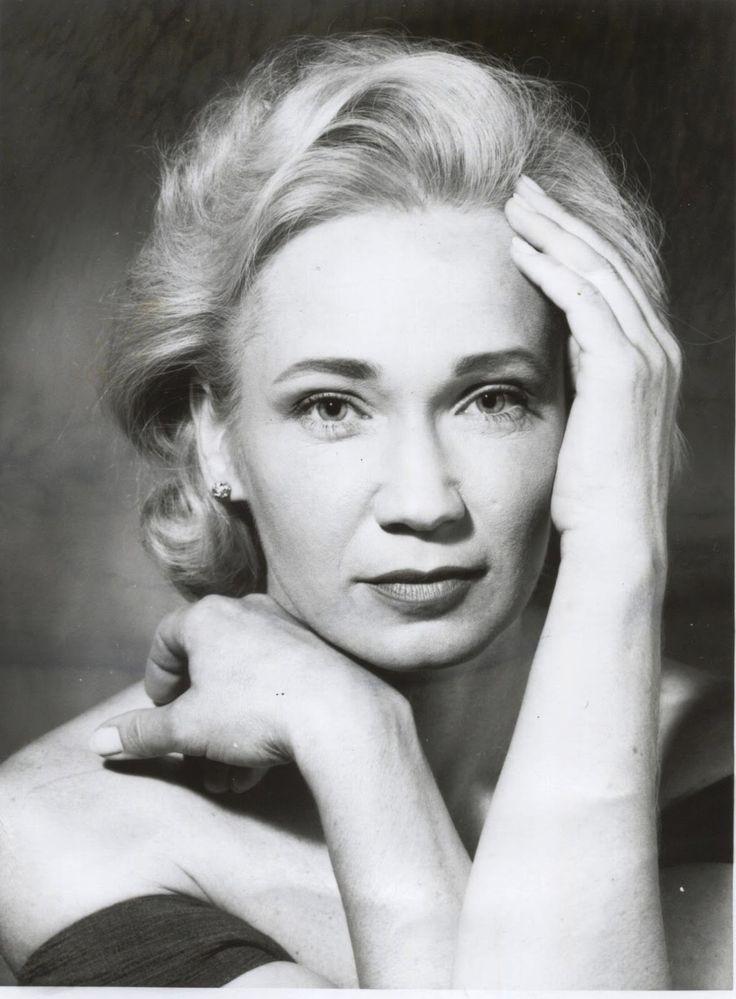 Udvaros Dorottya (1954-)Kossuth- és Jászai Mari-díjas magyar színművésznő, a Halhatatlanok Társulatának örökös tagja.