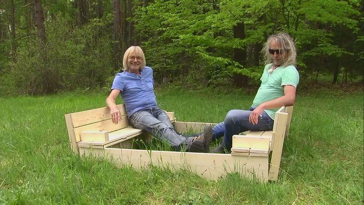 Die Bauexperten Roni Adelmeyer und Klaus Müller von Bazcko sitzen in einem Sandkasten.   Bildrechte: MITTELDEUTSCHER RUNDFUNK