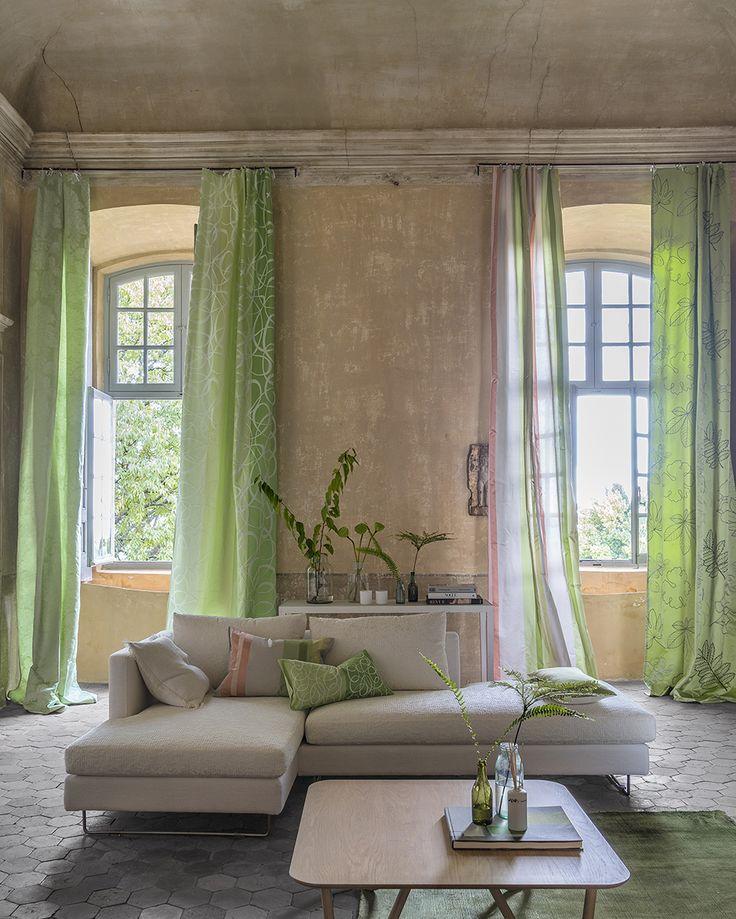 Współczesne meble w klasycznym wnętrzu. Piękny kontrast! Gdy masz wysoki sufit, firany i zasłony do samej ziemi dodadzą lekkości i zwiewności całej stylizacji.
