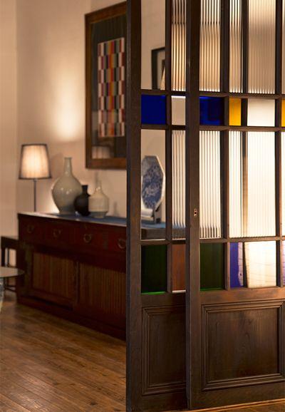 和モダンや大正ロマンなど、今どきの「和」なインテリアを楽しむ人が増えている現代。インテリア作りの仕上げにおすすめしたいのが、アンティーク建具です。シンプルな作りの格子戸や組子細工が美しい欄間、レトロガラスや色ガラスの入ったガラス戸など、アンティーク建具の魅力をご紹介します。