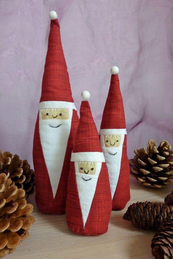Drie stoffen kerstmannen, handgemaakt in drie groottes. Met kerstmuts en geborduurd gezicht. Huisdecoratie.
