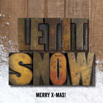 Een stoere kerstkaart om iemand fijne dagen te wensen! Houten achtergrond met sneeuw en in stempel de tekst 'Let it snow'.