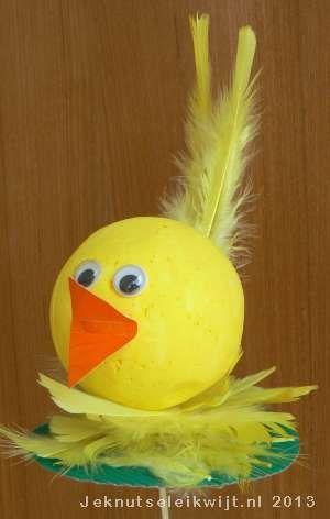 Het is weer tijd voor lente knutsels! Het wordt warmer en de vogeltjes komen weer tevoorschijn. Deze vogel gemaakt van wat veren en een piepschuim bal kan je bijna niet missen.  Steek een lange sate prikker in de piepschuim bal en terwijl je de sate prikker vast houd schilder je de bal een mooie kleur. Bijvoorbeeld geel. Zo krijg je geen vieze vingers en kan je de bal helemaal in 1 keer schilderen.  Steek de sateprikker (met bal) in een bloempot van je moeder, daar kan hij mooi rustig…
