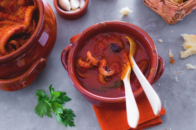 I polipetti affogati sono un piatto tipico della cucina partenopea, perfetti per un ricco antipasto o come gustoso condimento per una pasta.