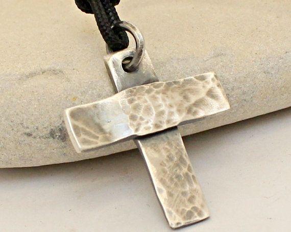 MEER ontwerpen uit ARKETIPO handgemaakte sieraden kunnen hier worden gevonden: http://www.etsy.com/shop/ARKETIPO ……………… Dit Kruis is Handmade, samen volledig door mijzelf in mijn atelier.  Gemaakt van noodlijdende sterling zilver, die ontworpen en gehamerd en met de hand vervaardigd  Dit Kruis is ongeveer 33 mm lang, 24 mm breed en 1,75 mm dik.  CUSTOMIZE IT: Kunt u woorden of getallen die u worden afgestempeld wilt achter van het Kruis (laat me bericht bij de kassa).  Voo...