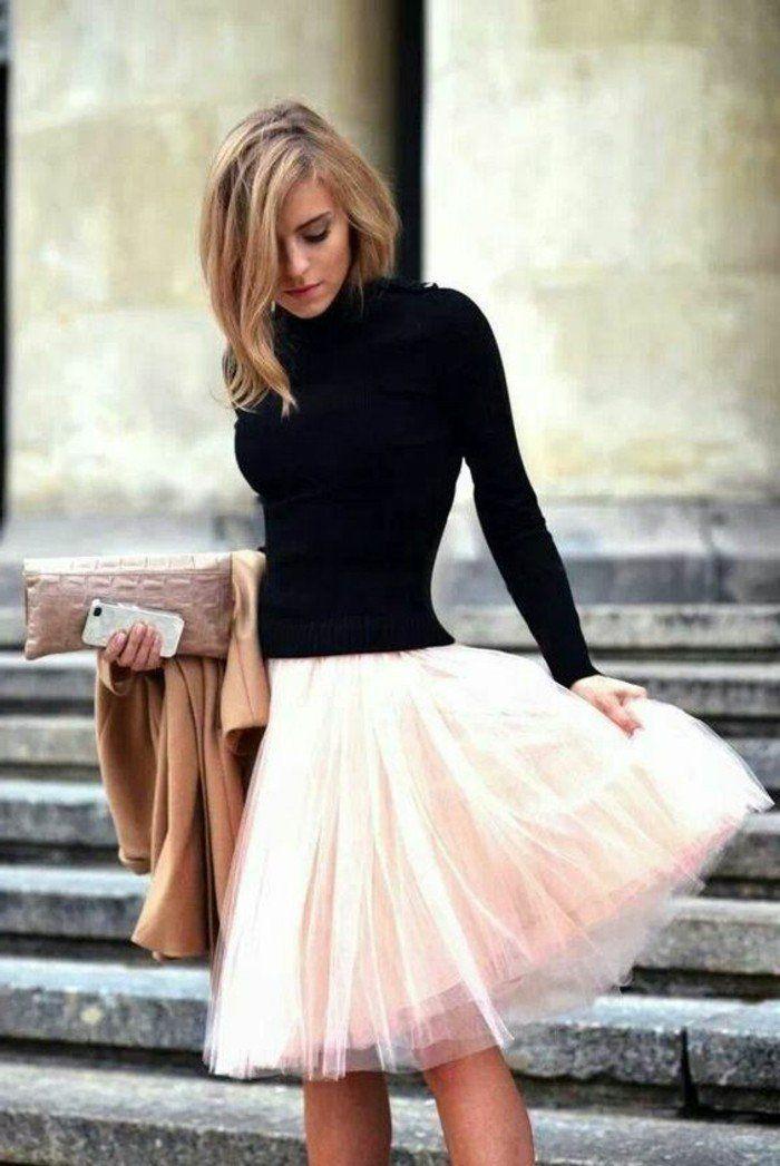 jupe tutu couleur pêche, blouse noire et manteau camel