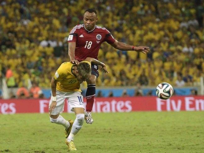 Zuniga brutalnie fauluje Neymara • Ćwierćfinał Mistrzostw Świata • Fifa World Cup 2014 • Neymar z pękniętym kręgiem po faulu Zunigi >>