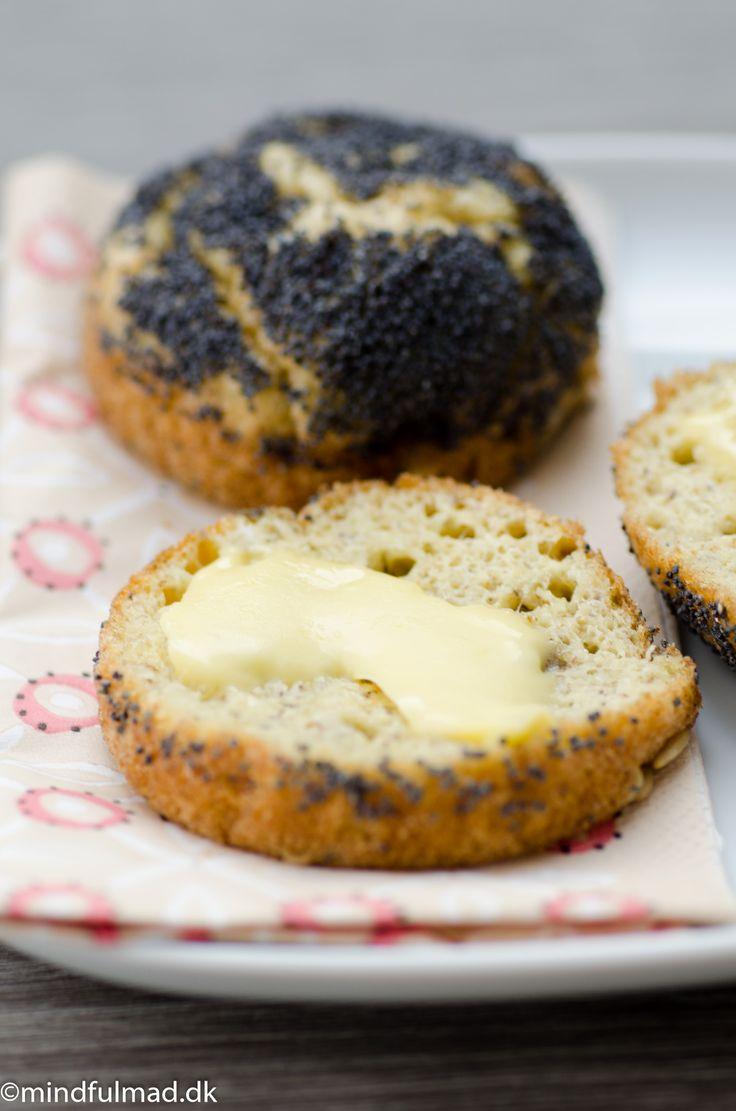 LCHF brød er svært at lave så det smager godt. Dette er et rigtig godt bud på, hvordan det er når det fungerer. De forskellige kerner giver det bid og smag.