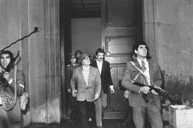 ♪ Ganador de concuros World Press Photo 1973: Orlando Lagos. El presidente chileno Salvador Allende es escoltado fuera del palacio presidencial por su guardia personal luego de que los militares derrocaran su gobiero, al mando de Pinochet. Momentos más tarde, estaría muerto.