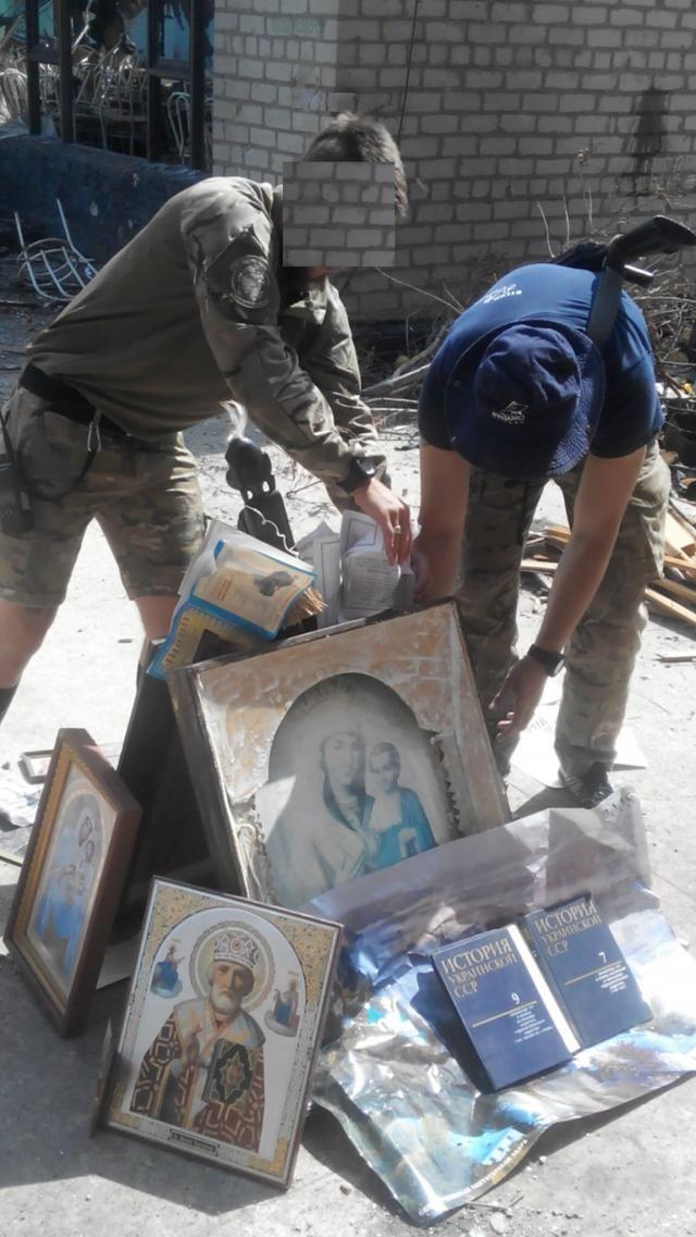 """Каратели из """"Азова"""" отметили день Крещения Руси сожжением икон. Бойцы украинского добровольческого батальона «Азов», находящиеся в Широкино, по-своему «отметили» день Крещения Руси. По Сети гуляют фотографии, на которых запечатлены боевики «Азова», сжигающие и"""