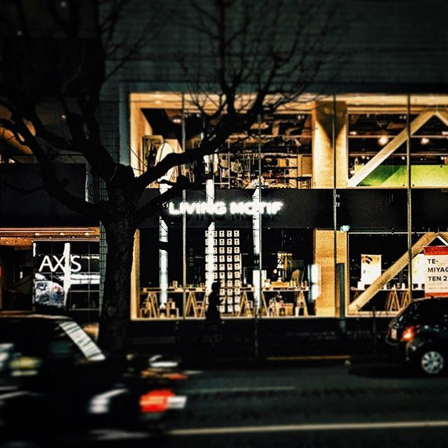 Instagram【tatsuya.pht】さんの写真をピンしています。 《LIVING MOTIF…Interior shop. #Interiorshop #Interior #shop #livingmotif #tokyo #roppongi #japan_night_view #tree #car #インテリア #家具 #東京 #六本木 #夜景》
