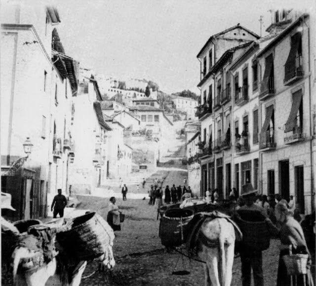 Plaza y Cuesta del Realejo. Au´n se ve el antiguo pilar en cuyo emplazamiento se instalaría la Fuente Nueva