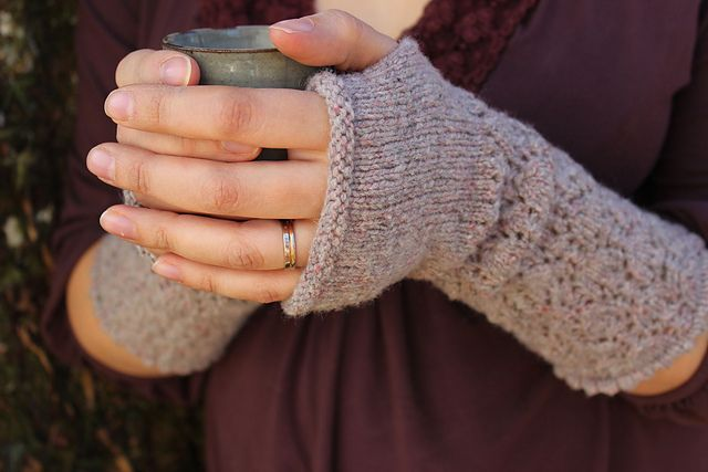 Ravelry: Narsissi pattern by Louise DietzNarsissi. Beautiful and feminine fingerless mittens, perfect for misty mornings collecting daffodils or for wrapping themselves around a soothing cup of chamomile tea