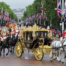 LONDEN - De Britse koningin Elizabeth is woensdag in een gloednieuwe koets naar het Britse parlement gereden waar ze traditiegetrouw met een troonrede het parlementaire jaar opende. Het rijtuig is versierd met afbeeldingen van historische gebouwen, schepen en andere iconen uit de Britse geschiedenis.