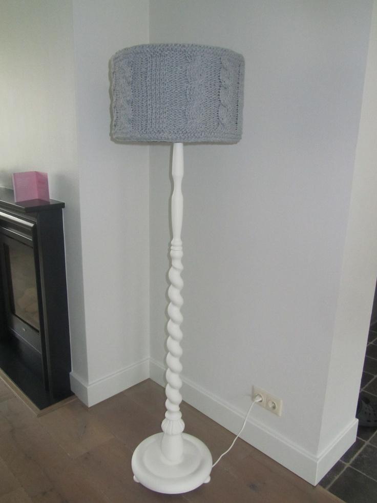 Brocante vloerlamp met een gebreide lampenkap van Ribbon XL.
