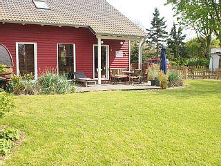 Unique Ferienhaus Karlsson am Niendorf Schlafzimmer f r bis zu Personen Tolles Schwedenhaus mit Sauna gro em Garten und Terrasse Strandkorb inklusive