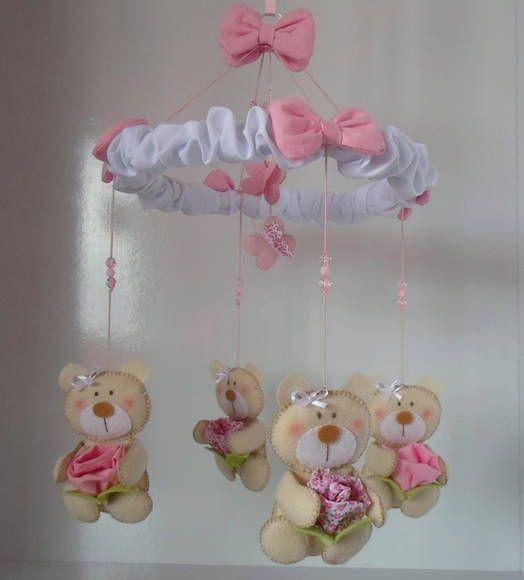 Móbile de berço com quatro ursinhas confeccionadas em feltro, segurando flores de tecido 100% algodão. Com pedraria e laços de tecido. Borboletas no centro, dando um charme especial a peça. R$ 62,00
