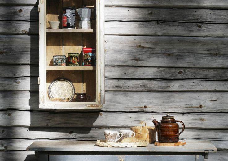 Pieni ikkunakaappi syntyy vanhoista laudoista ja ikkunasta. Katso Meidän Mökin ohje ja tee itse hauska pikkukaappi!