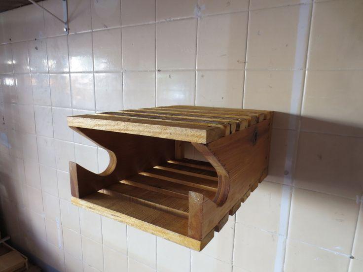 Suporte de parede para bicicleta e componentes. Lixado e envernizado. Acompanha buchas e parafusos para instalação. *Bicicleta e componentes não inclusos.