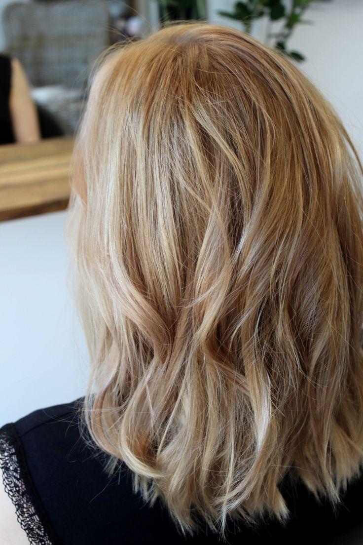 Väärän sävyisiksi värjätyt hiukset korostavat ihon huonoja puolia. Hyvä väri tuo kuulautta.