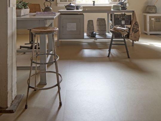 Marmoleum staat voor duurzaam en sterk, Modular voor stroken en tegels. En vtwonen? Dat staat natuurlijk voor basic, bijzonder en eigenzinnig. PS-VT44 Limestone Shade #interieur #vloer #Marmoleum