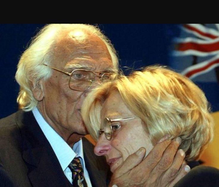 Marco Pannella bacia affettuosamente la sua più cara amica di sempre: Emma Bonino.