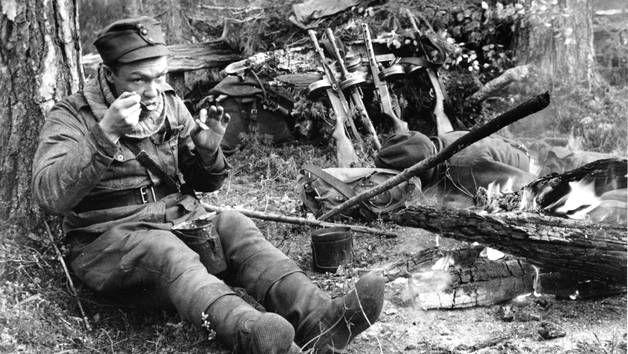 Kaukopartiomiehiä leiriytymässä sota-aikana.