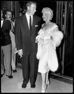 """1er Juin 1955 /  Marilyn, accompagnée de Joe DiMAGGIO, apparut à la première de « The seven year itch » au """"Loew's State Theater"""" de """"Times Square"""", à New York. Le théâtre, pour marquer l'événement, reçut une affiche de près de seize mètres de haut, représentant Marilyn, la jupe  retroussée. De nombreuses personnalités assistèrent à la projection, dont Grace KELLY, Henry FONDA, Tyrone POWER, Margaret TRUMAN, Eddie FISHER, Judy HOLLIDAY et Richard RODGERS, et des milliers de fans se…"""