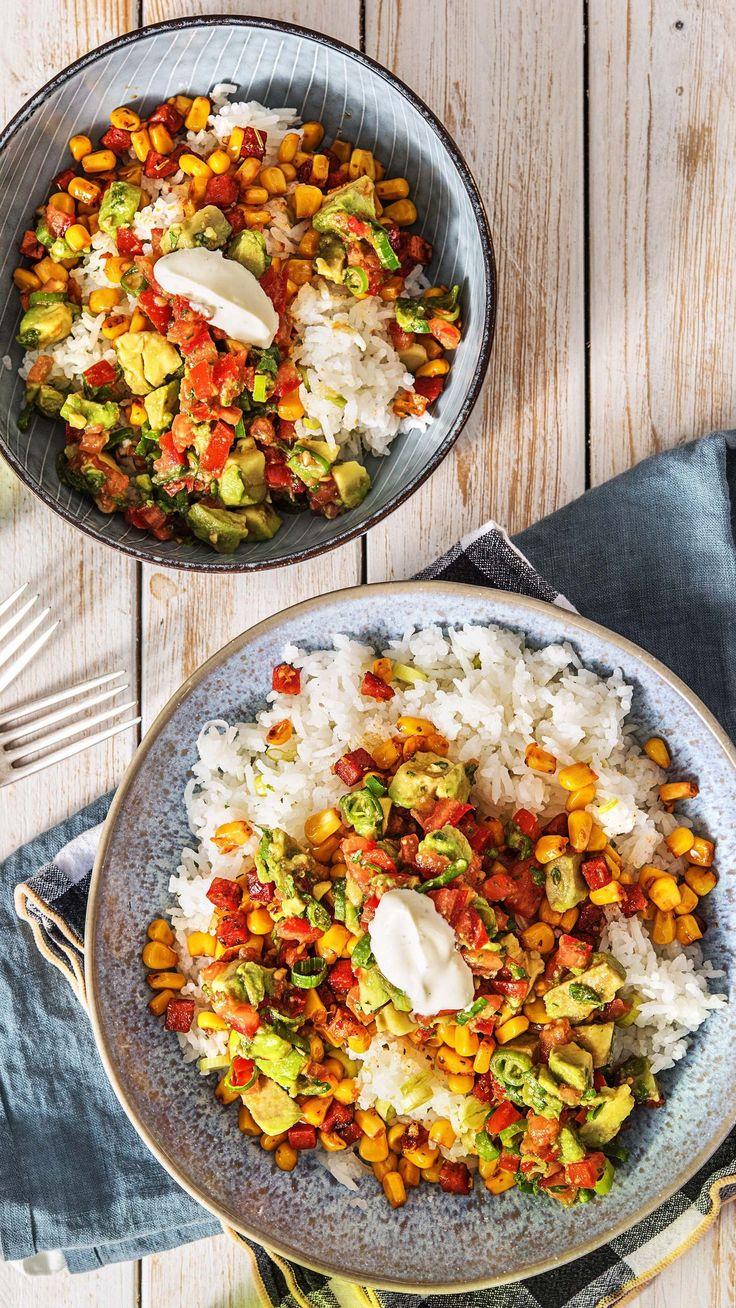 Burrito-Bowl mit Chorizo Avocado-Tomaten-Salsa und Limettenreis