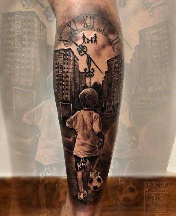 Tatuaje inspirado en la infancia en negro y gris, situado en el gemelo.