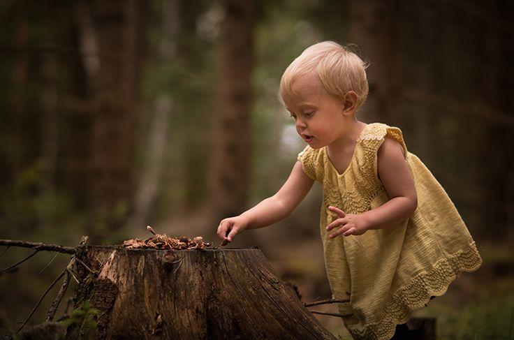 Barn i den mörka skogen. Sagolik. Magisk. Barnfoto. Barnfotografering…