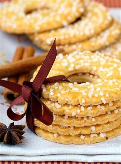 Kerstkransjes in de boom hangen en dan nog voor de kerst er steeds stiekem eentje uit eten. Wel goed uitkienen dat het niet opviel en desnoods alles herschikken!