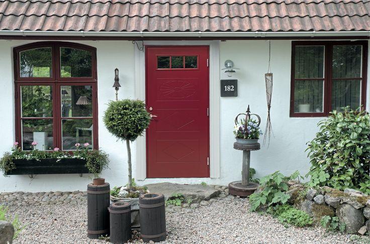 En röd dörr med ljusinsläpp och...